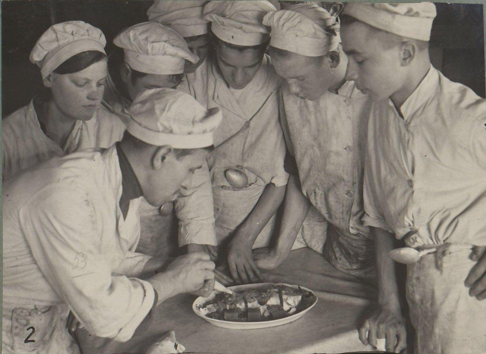 Московская обл. Кимрский райпотребсоюз открыл двухлетнюю школу подготовки поваров. Группа курсантов на практических занятиях в столовой Горпо