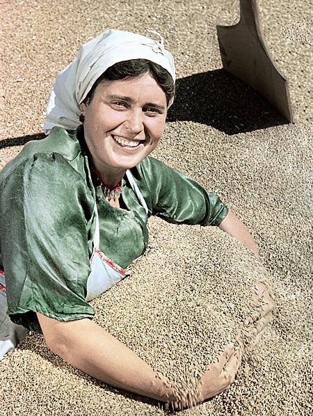Из серии «Рабочая краса или как выглядели рабочие девушки в СССР». Часть 6 37