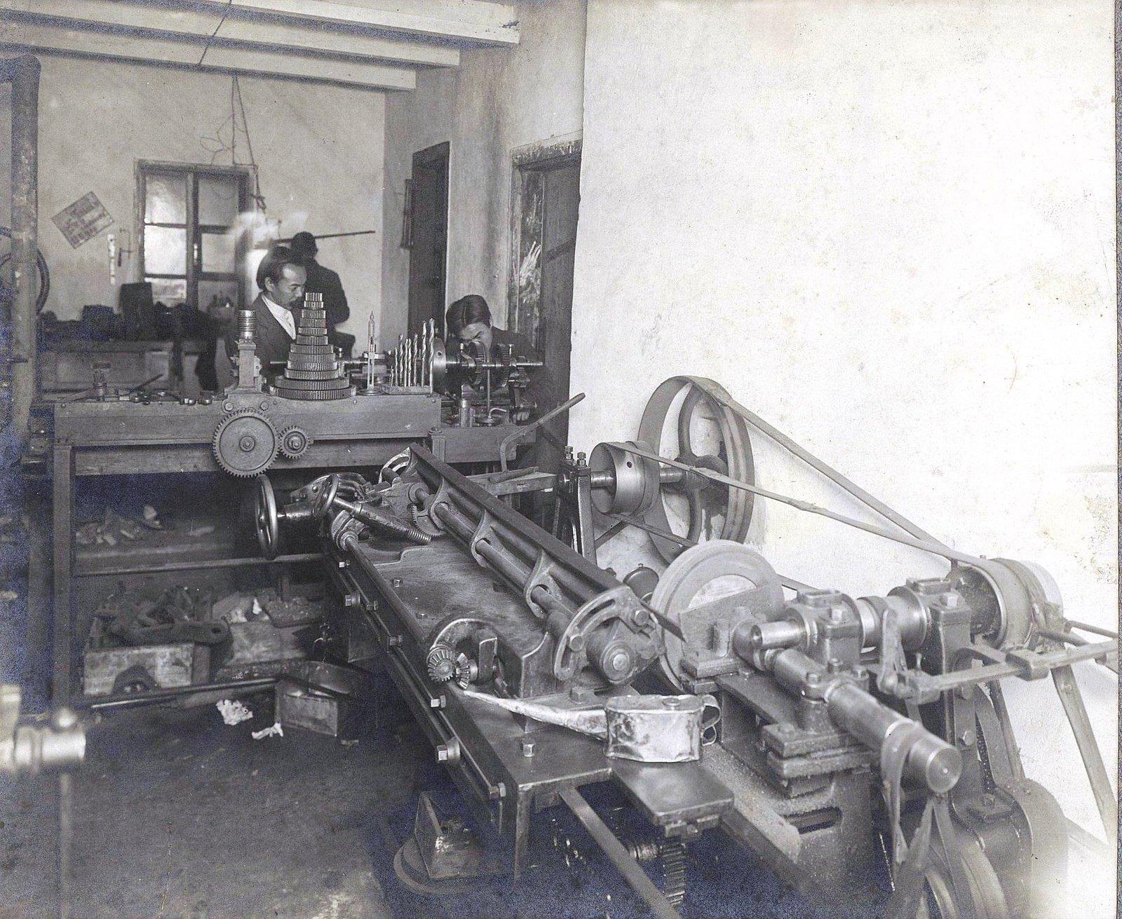 16. Рабочий момент в печатной мастерской