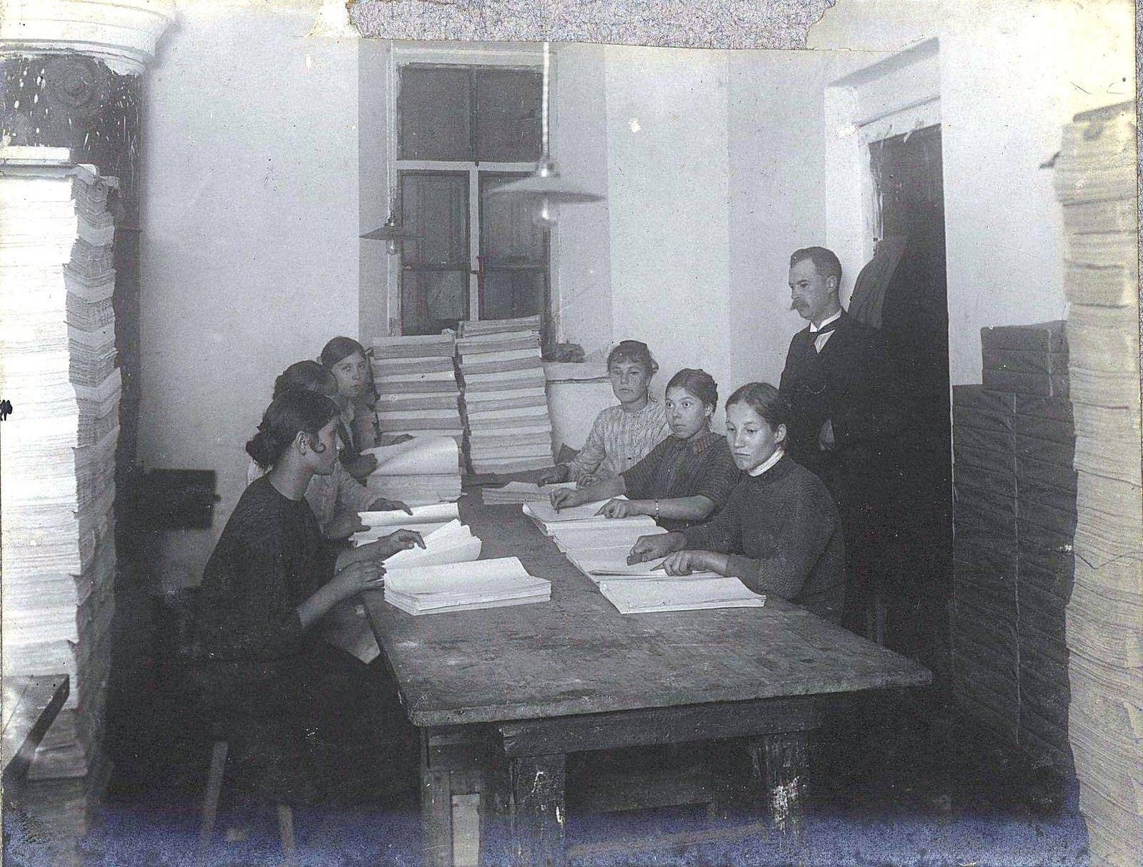 15. Служащие печатной мастерской