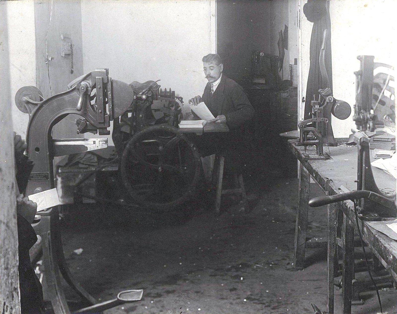 10. Рабочий момент в печатной мастерской