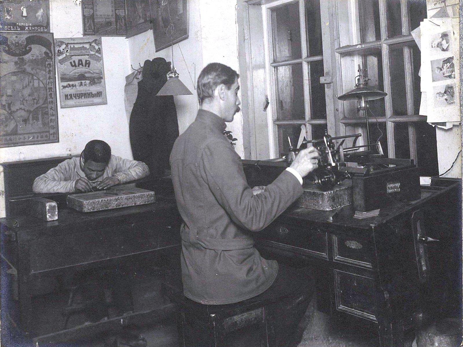 05. Служащие печатной мастерской за работой