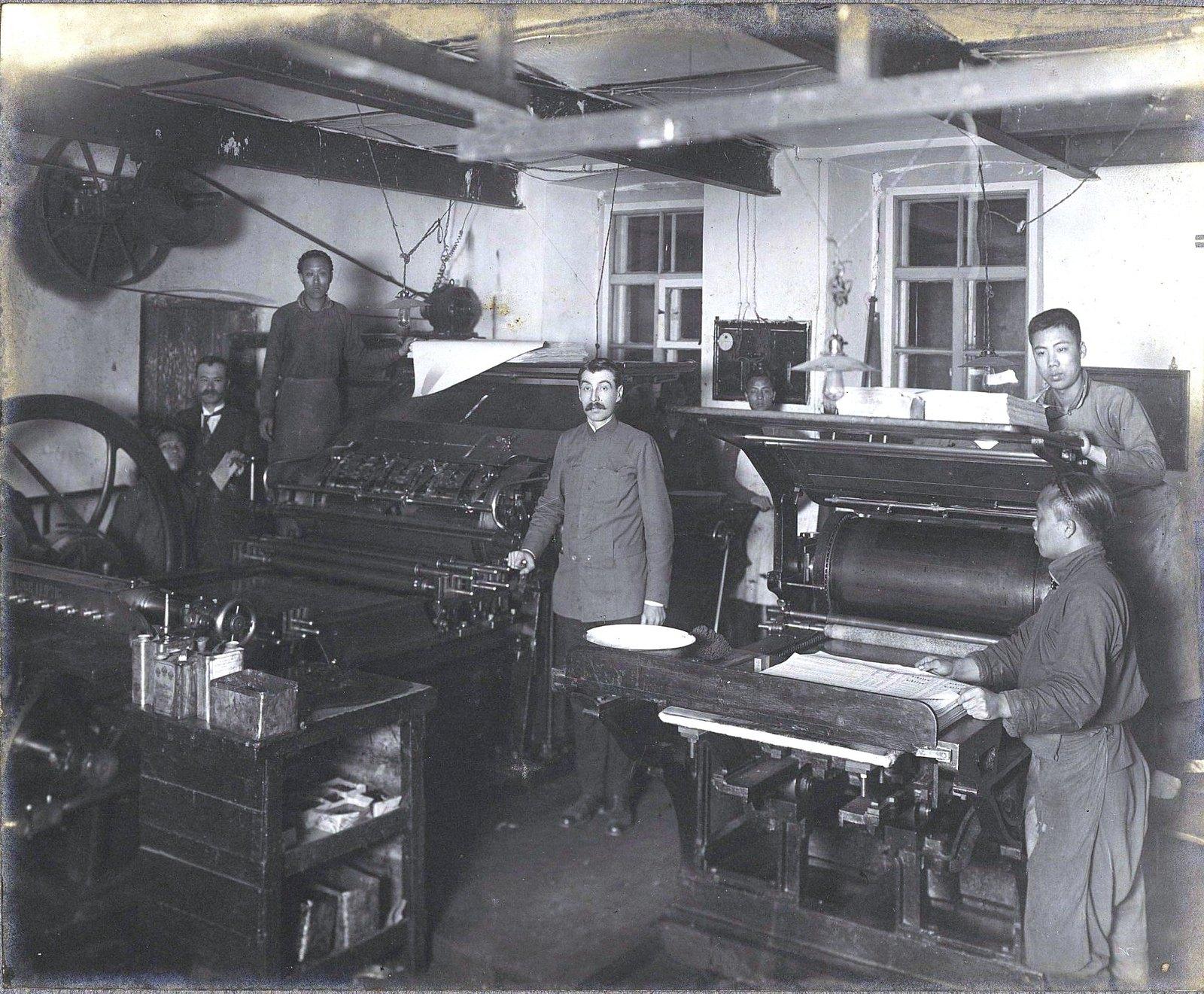 02. Рабочие и служащие возле печатных машин