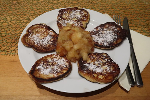 Apfelkompott zu Quarkpuffern mit Puderzucker