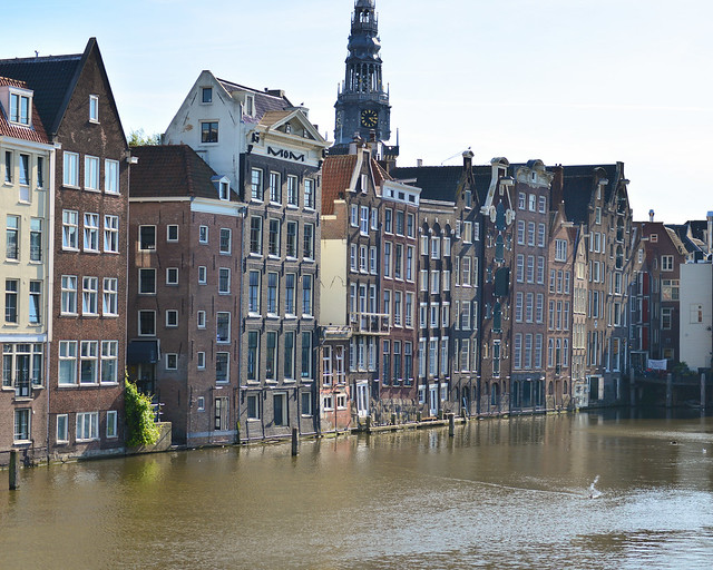 Damrak Canal en Amsterdam