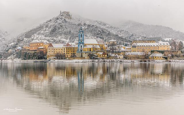 Dürnstein mit Schnee und Spiegelung