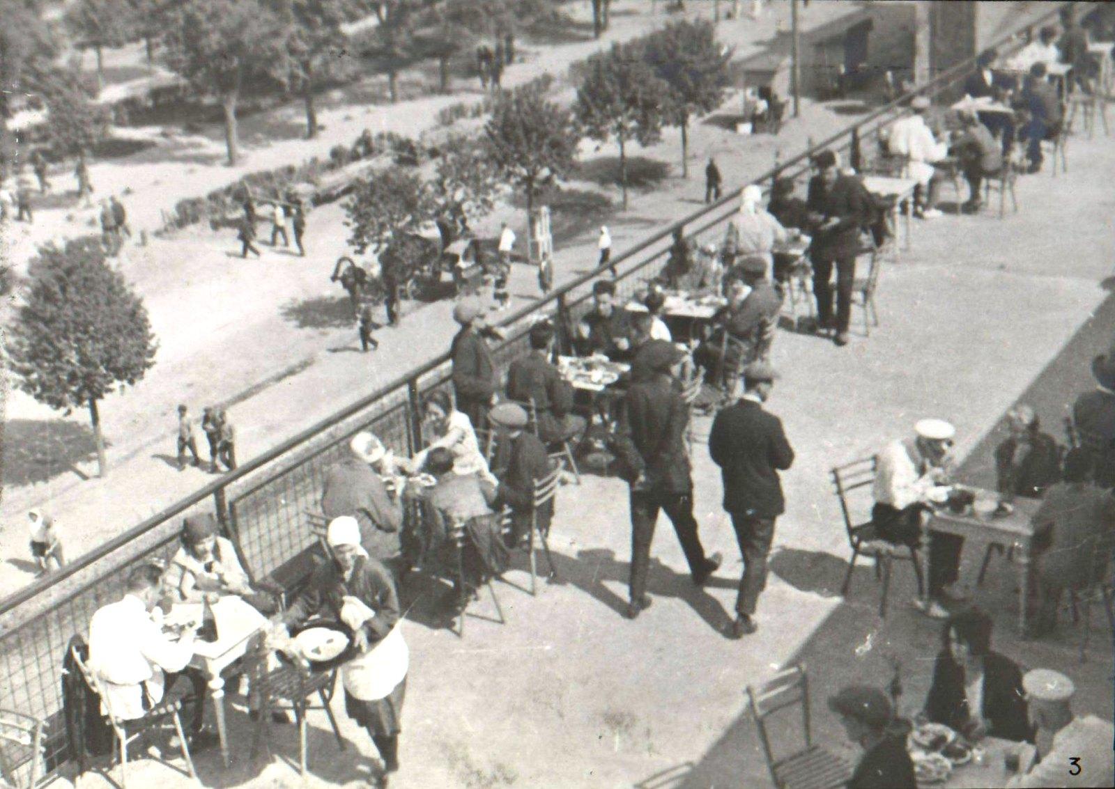 Посетители кафе за столиками (2)