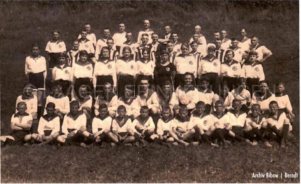 Vereinsbild des F.C. Corso Laage 07 aus dem Jahre 1907 mit den Handballfrauen des Vereins
