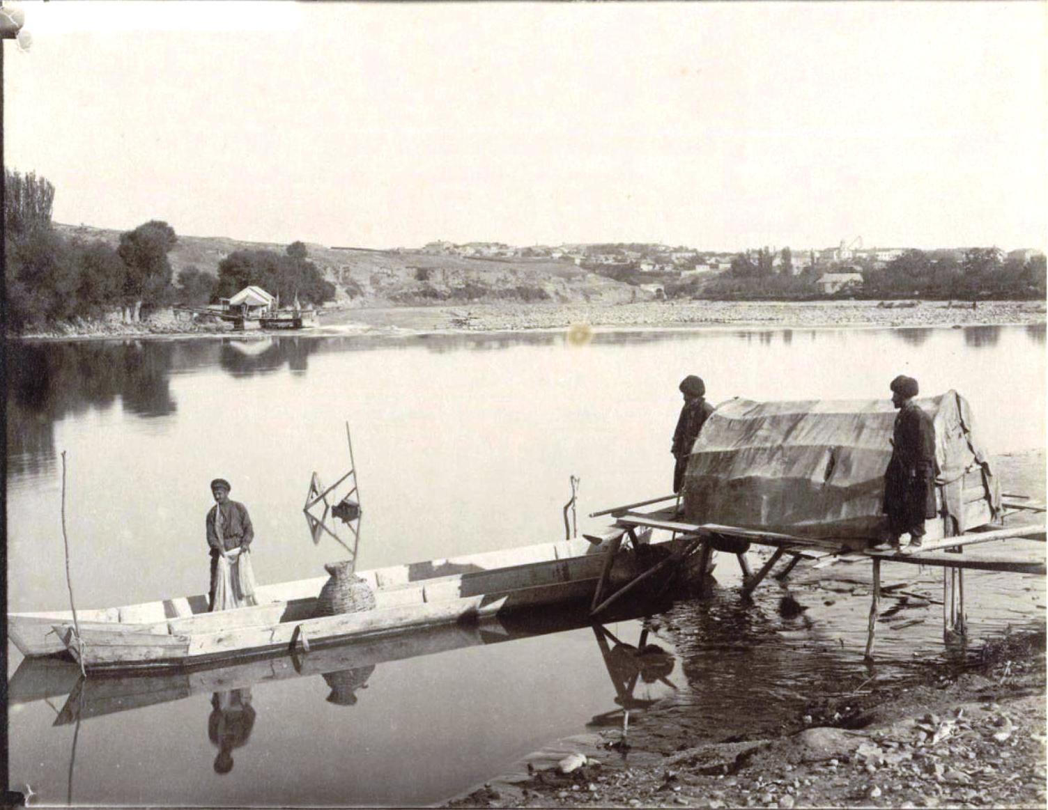 Рыболов на берегу р.Куры, забрасывающий сети