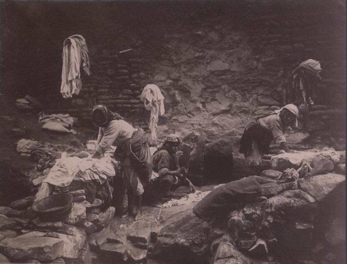 Прачки-туземки под стоком серных вод из бань