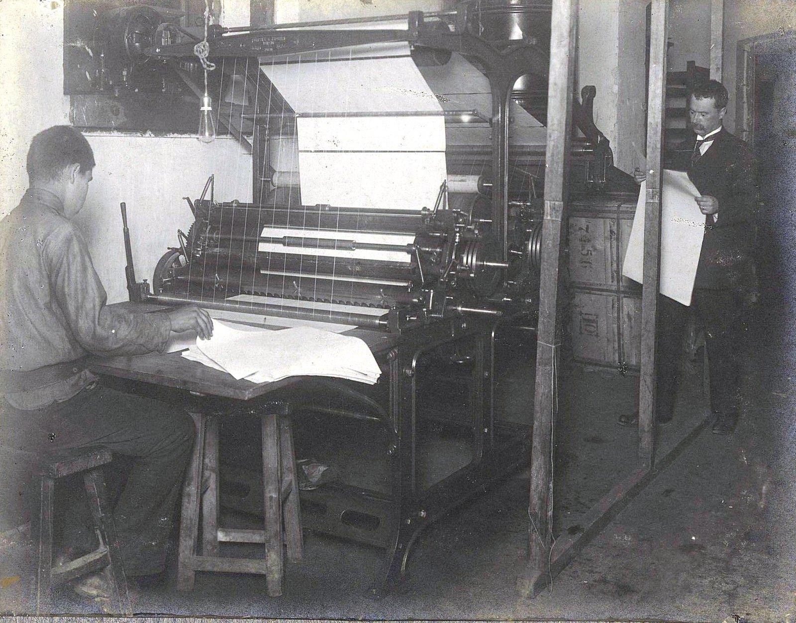 13. Рабочий момент в печатной мастерской