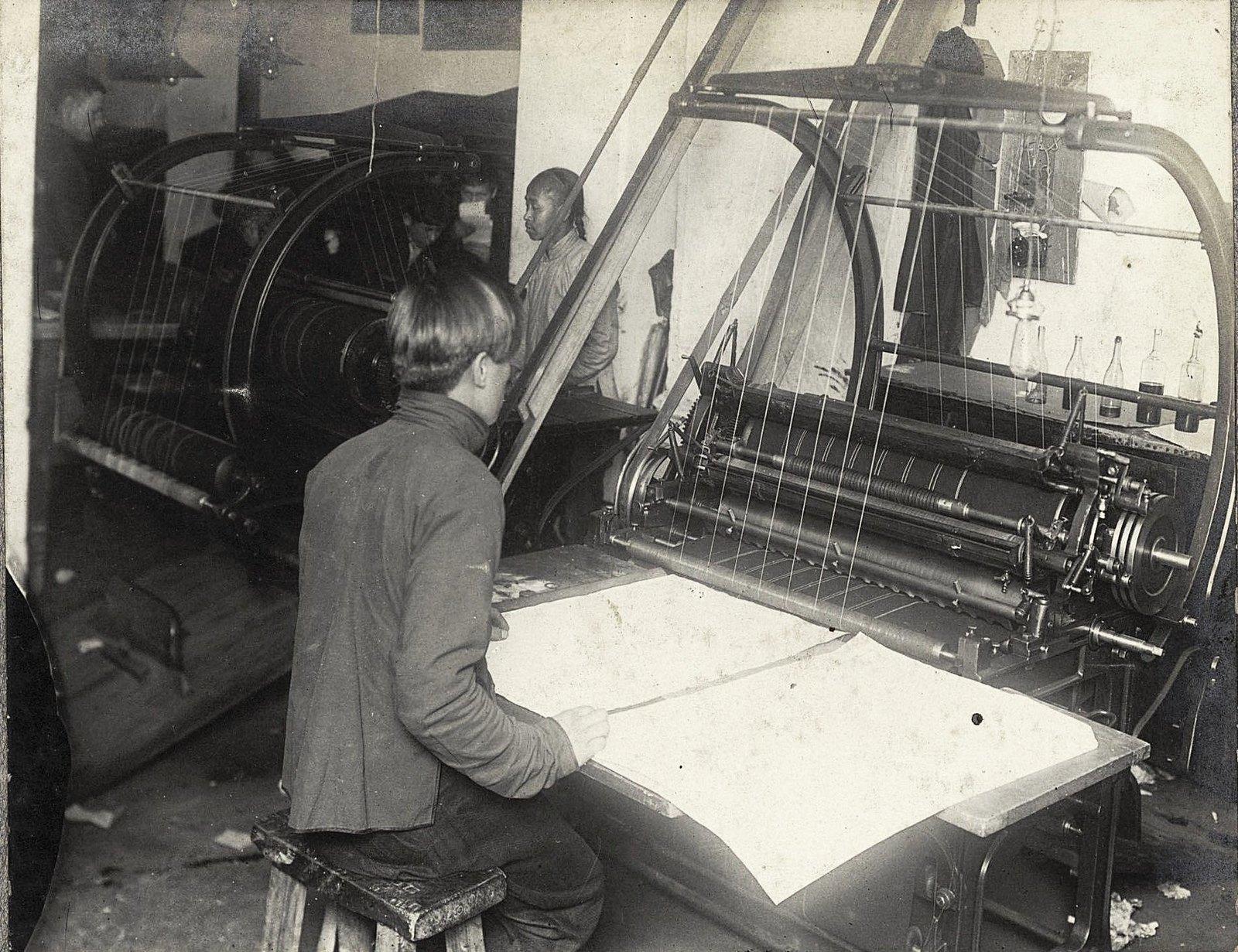 14. Рабочий момент в печатной мастерской
