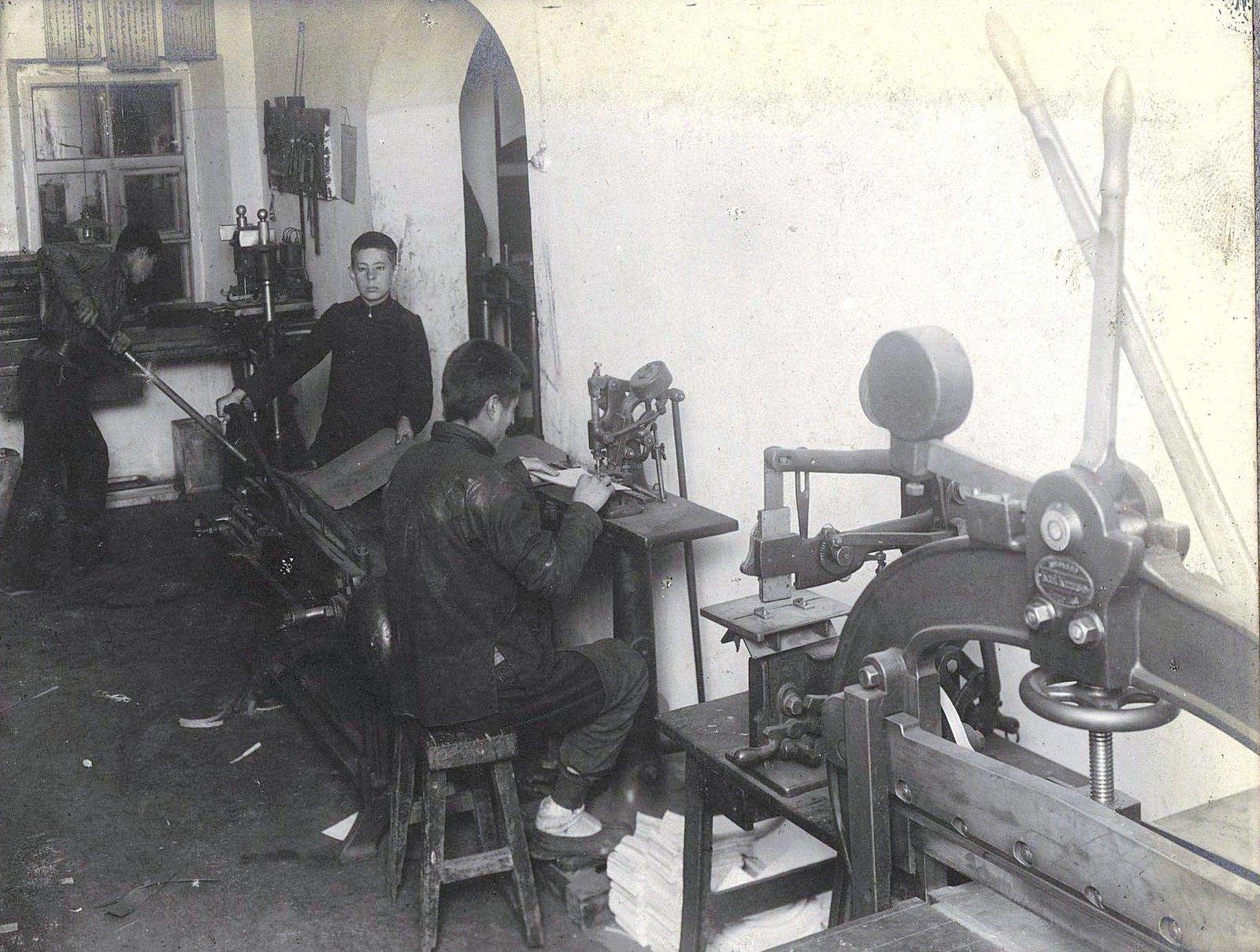 12. Рабочий момент в печатной мастерской