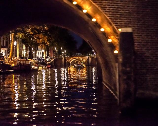 Canales de Amsterdam de noche