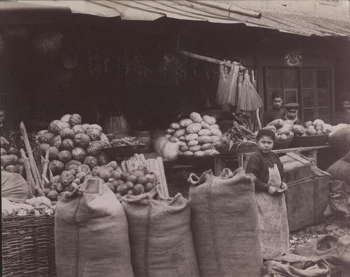 Продавец моркови, капусты, тыквы, веников, красного струч. перцу и зимбил