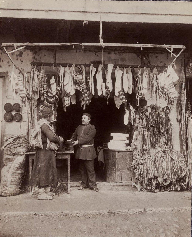 Продавец шерстяных носков и войлочных шапок