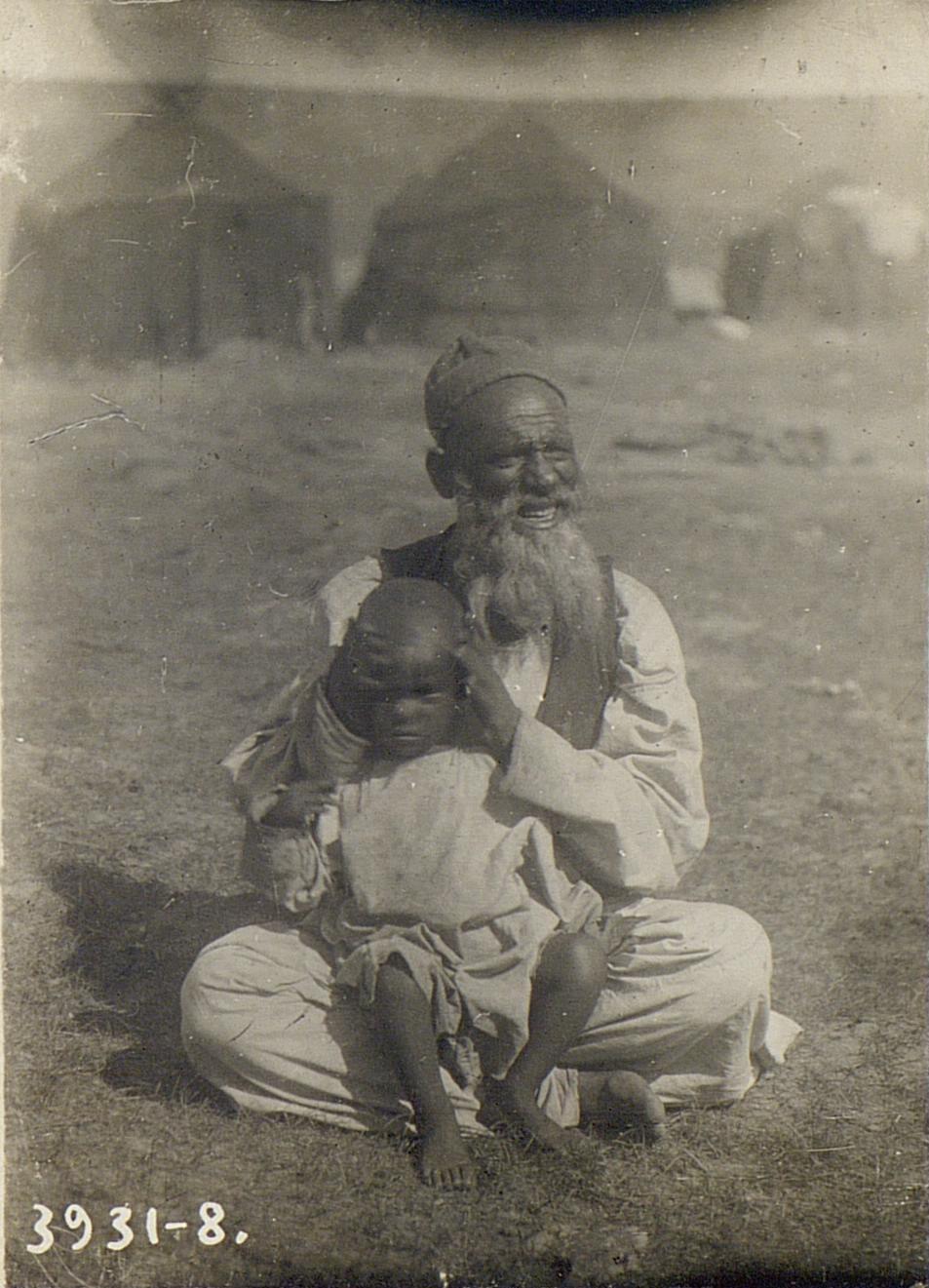 Старик юродивый (дивин) рода Беренгари, с внуком