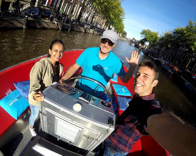 Barco por los canales de Amsterdam