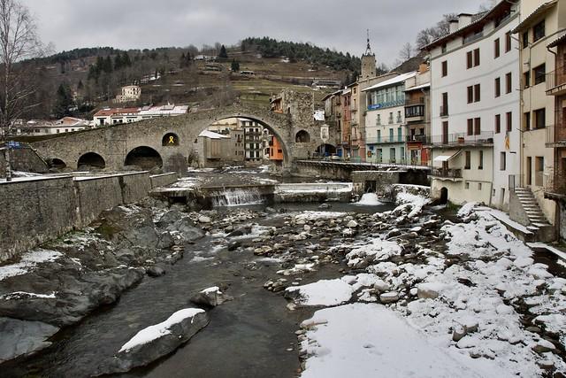El riu Ter pel centre de Camprodon, Ripollès, Girona, Catalunya.