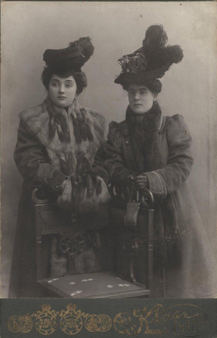 Две неизвестные молодые женщины. 1907