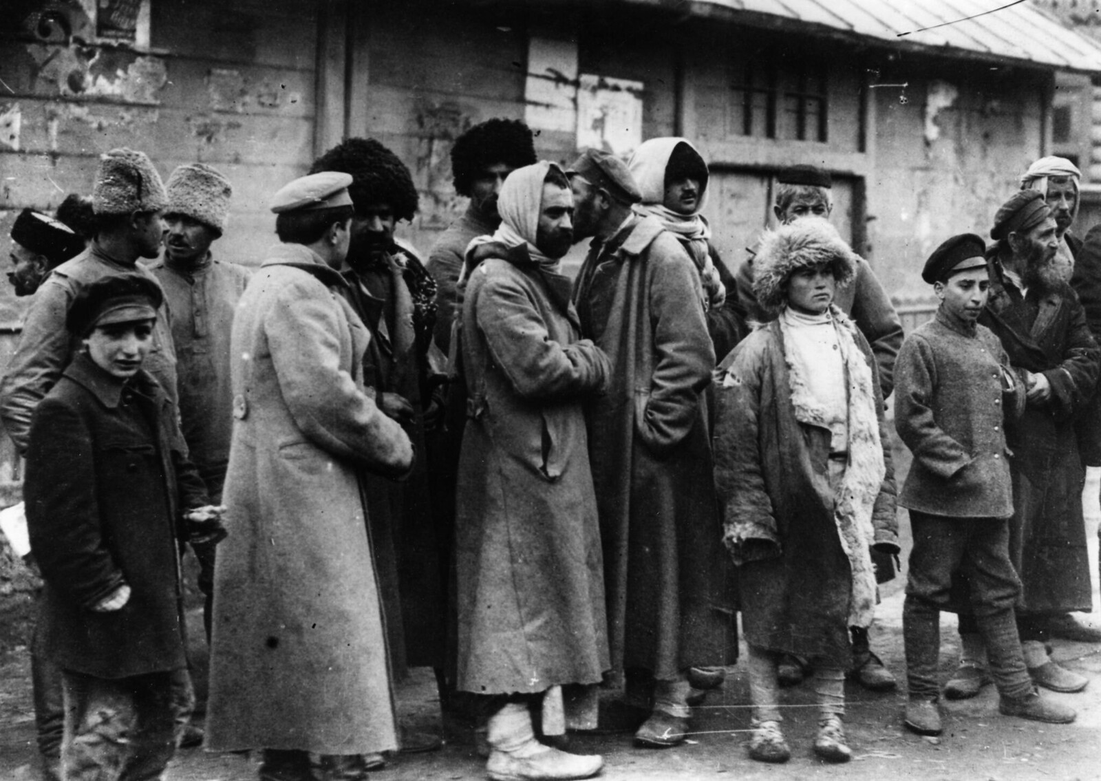 Группа беженцев из России на железнодорожной станции Тифлис. Январь 1920