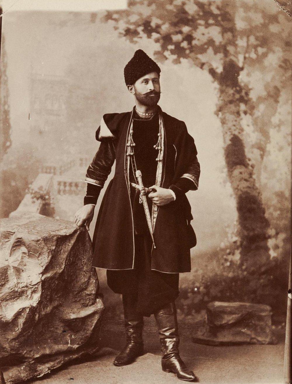 Грузин в национальном костюме