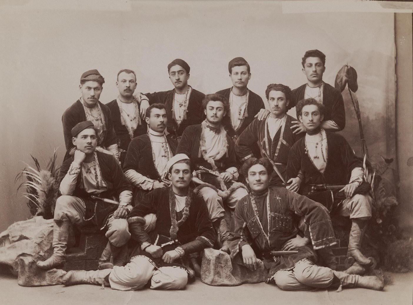 Группа грузин одетых в кулаши