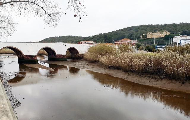 río Arade y puente romano o Ponte Velha de Silves Algarve Portugal 03