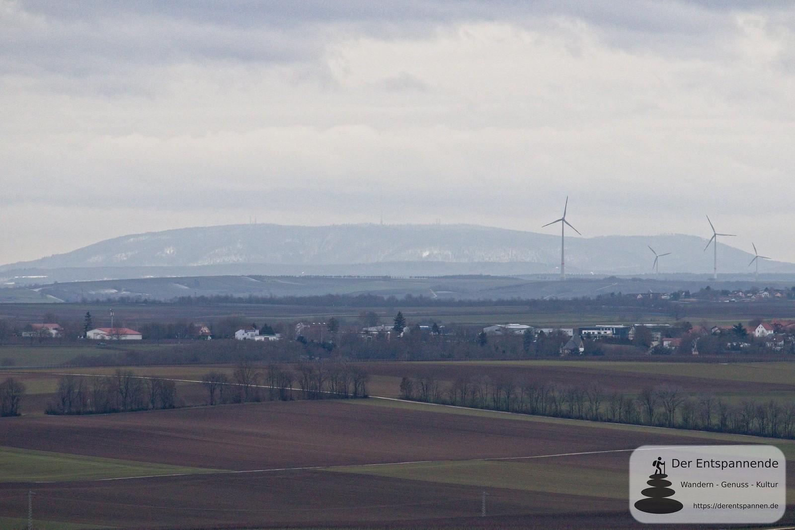 Blick übers Selztal zum Donnersberg