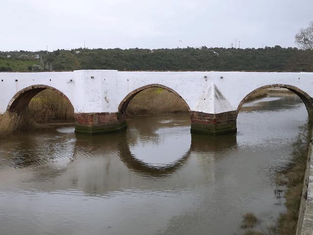 río Arade y puente romano o Ponte Velha de Silves Algarve Portugal 02