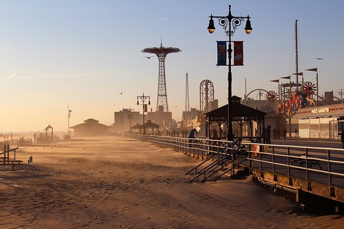 brooklyn coneyisland usa nyc newyork sable sand beach plage vent wind sunset couchant endoftheday findejournée lumière light douceur softness silhouettes