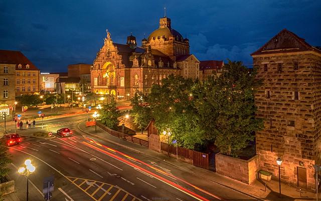 Abendlicher Blick auf das Opernhaus Nürnberg
