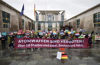 22.01.2021: Atomwaffen sind verboten! - Fotoaktion am Kanzleramt in Berlin