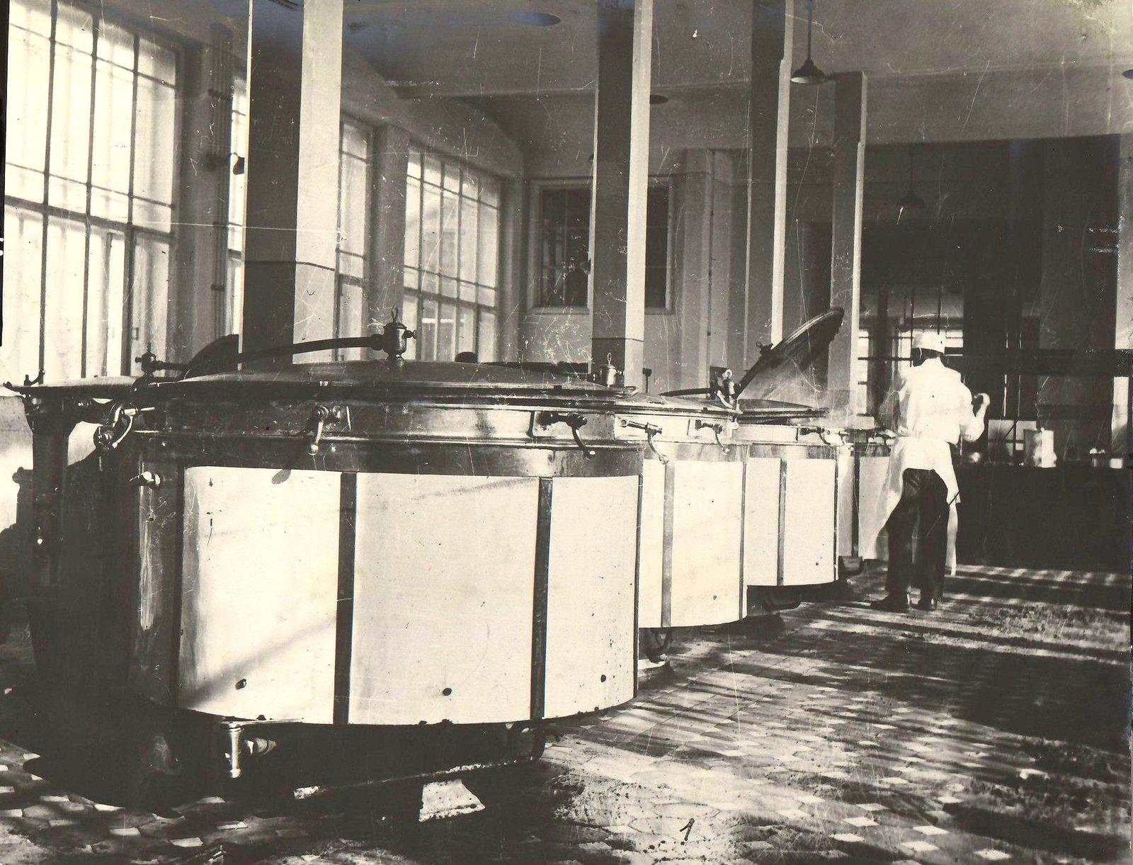 Шуя. Для обслуживания рабочих текстильных фабрик открыта новая фабрика-кухня. Котлы для приготовления супа