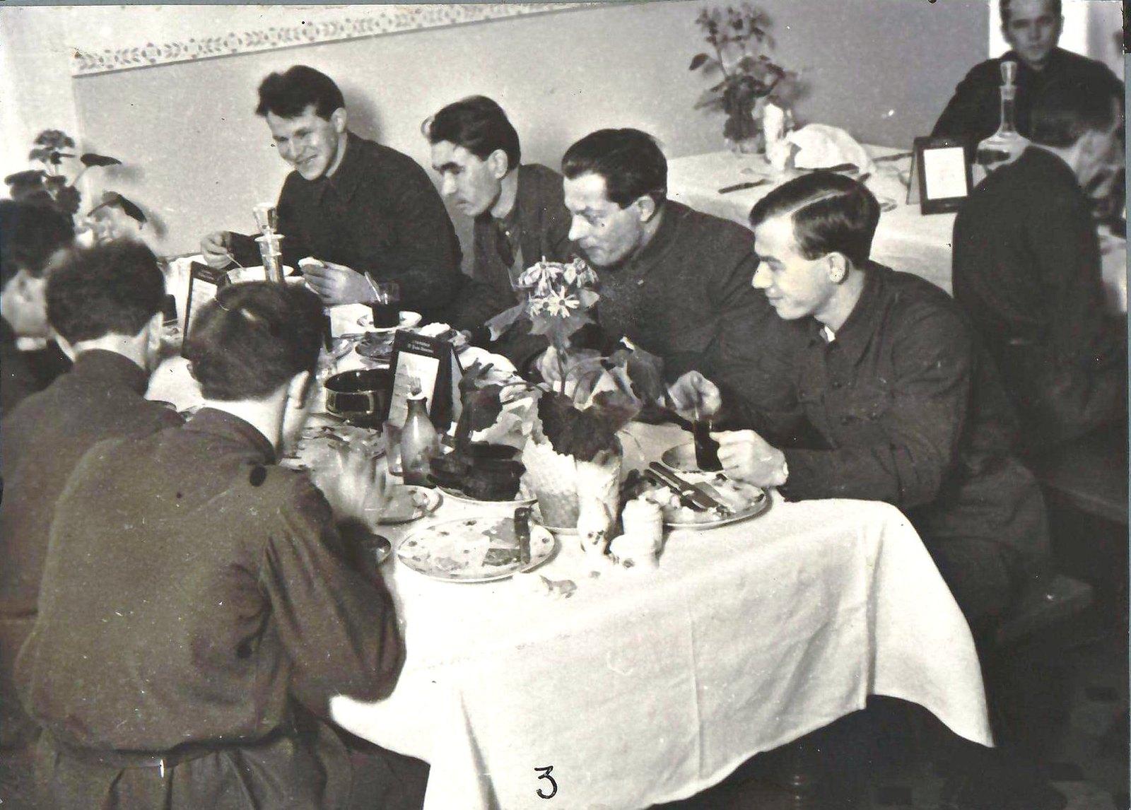 Москва. Делегаты партконференции с столовой 3-го Дома Советов за обедом