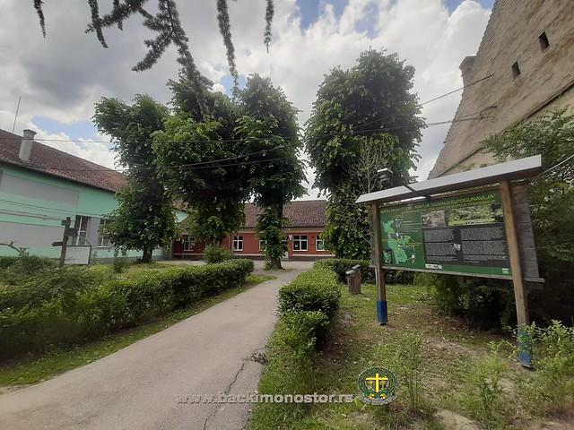 Centar Monoštora i crkva sv. Petra i Pavla