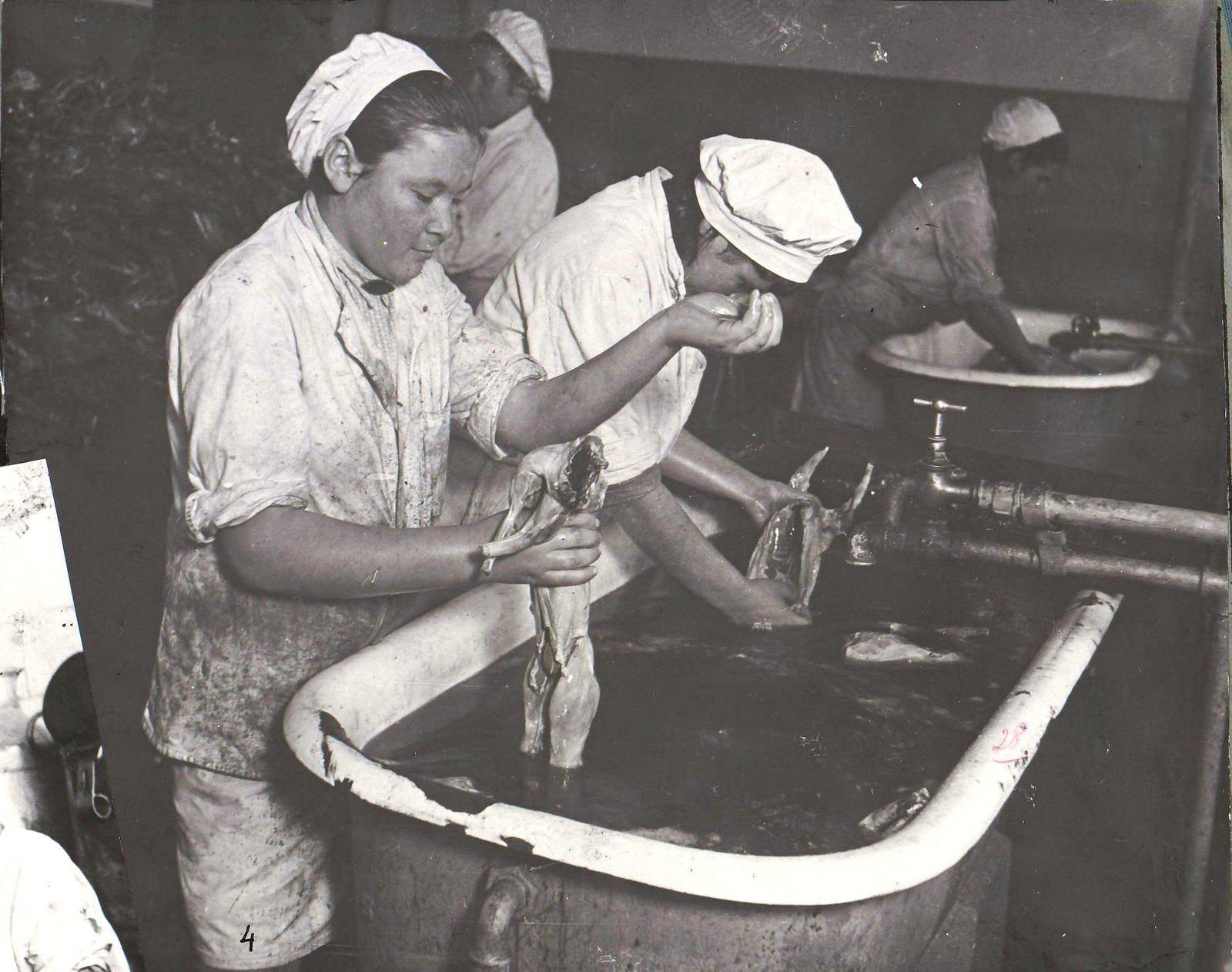 Сталинград. Фабрика-кухня. Обработка кролика перед передачей его на кухню