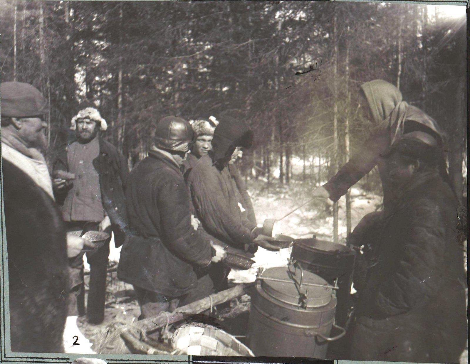 Северный край. На 2-м участке Севлеспромхоза налажено снабжение лесорубов обедами, которые привозятся на места лесоразработок в термосах