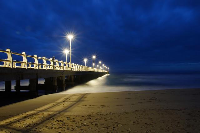 La spiaggia di Forte dei Marmi in Versilia dopo il tramonto con nuvole nel cielo