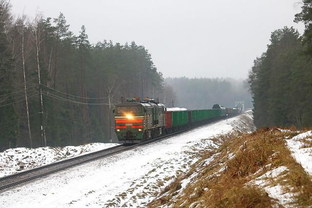 Тепловоз 2ТЭ10МК-3650 с грузовым составом на перегоне Вендриж/Голынец.