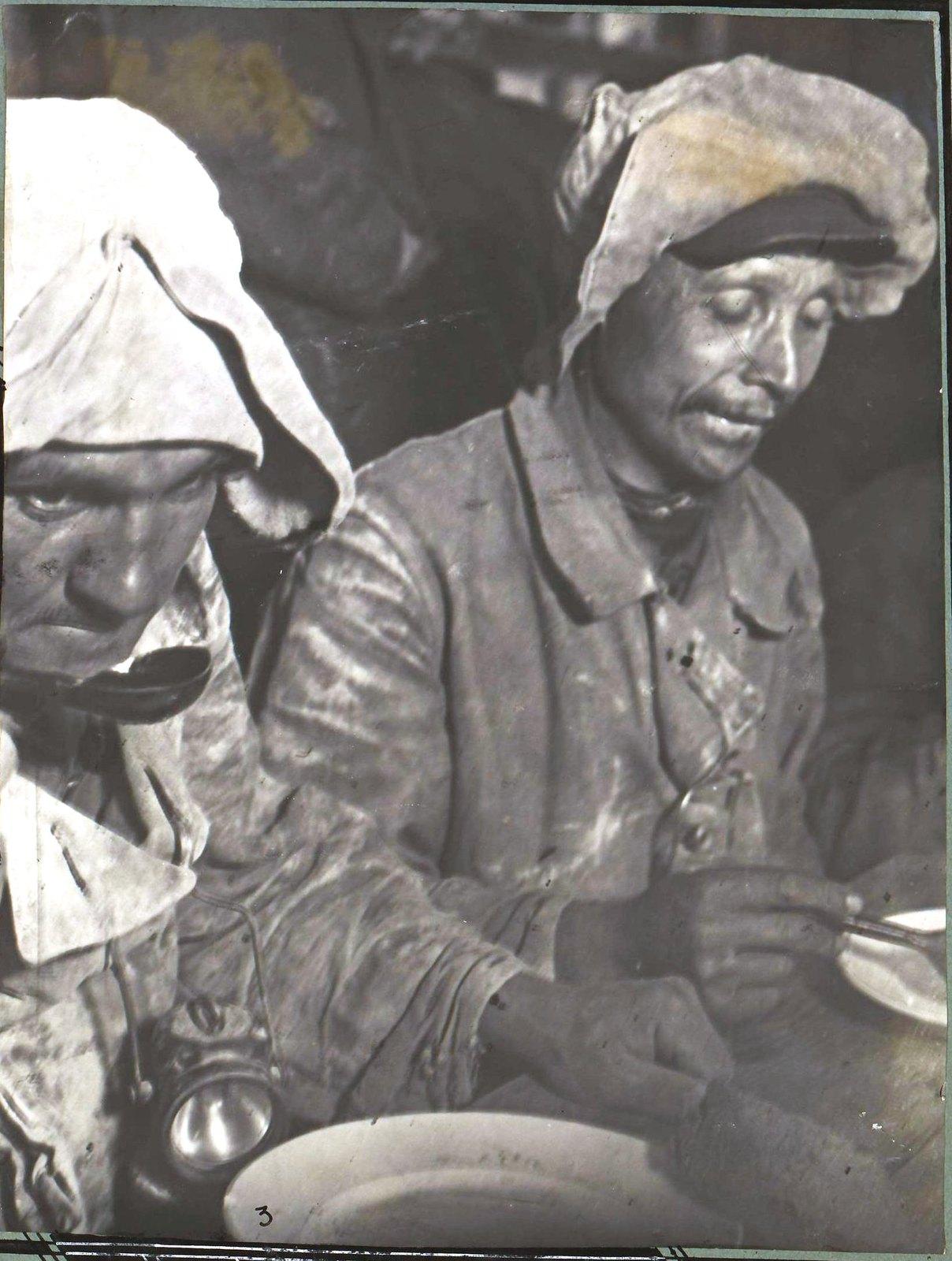 Рабочие за обедом