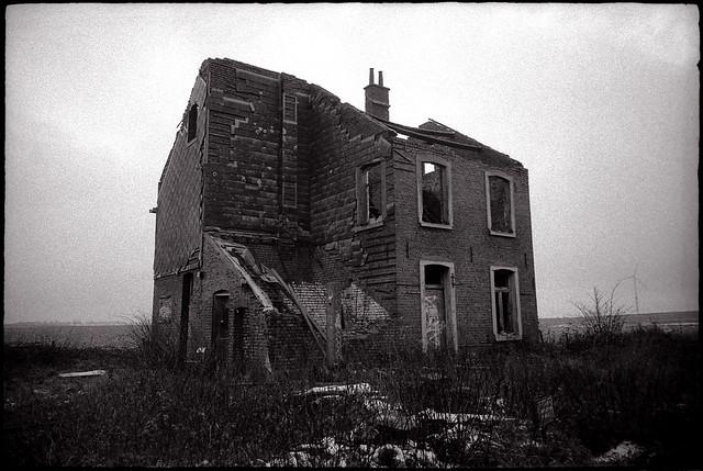 Maison abandonnée au milieu des champs