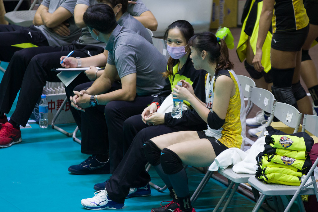 台電女排自由球員楊孟樺(左)帶傷,由郭覲儀(右)上陣。(排協提供)