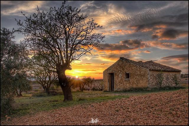 Atardecer en mi tierra, antigua casilla de campo...    Sunset in my land, old country house ... Versión.2.
