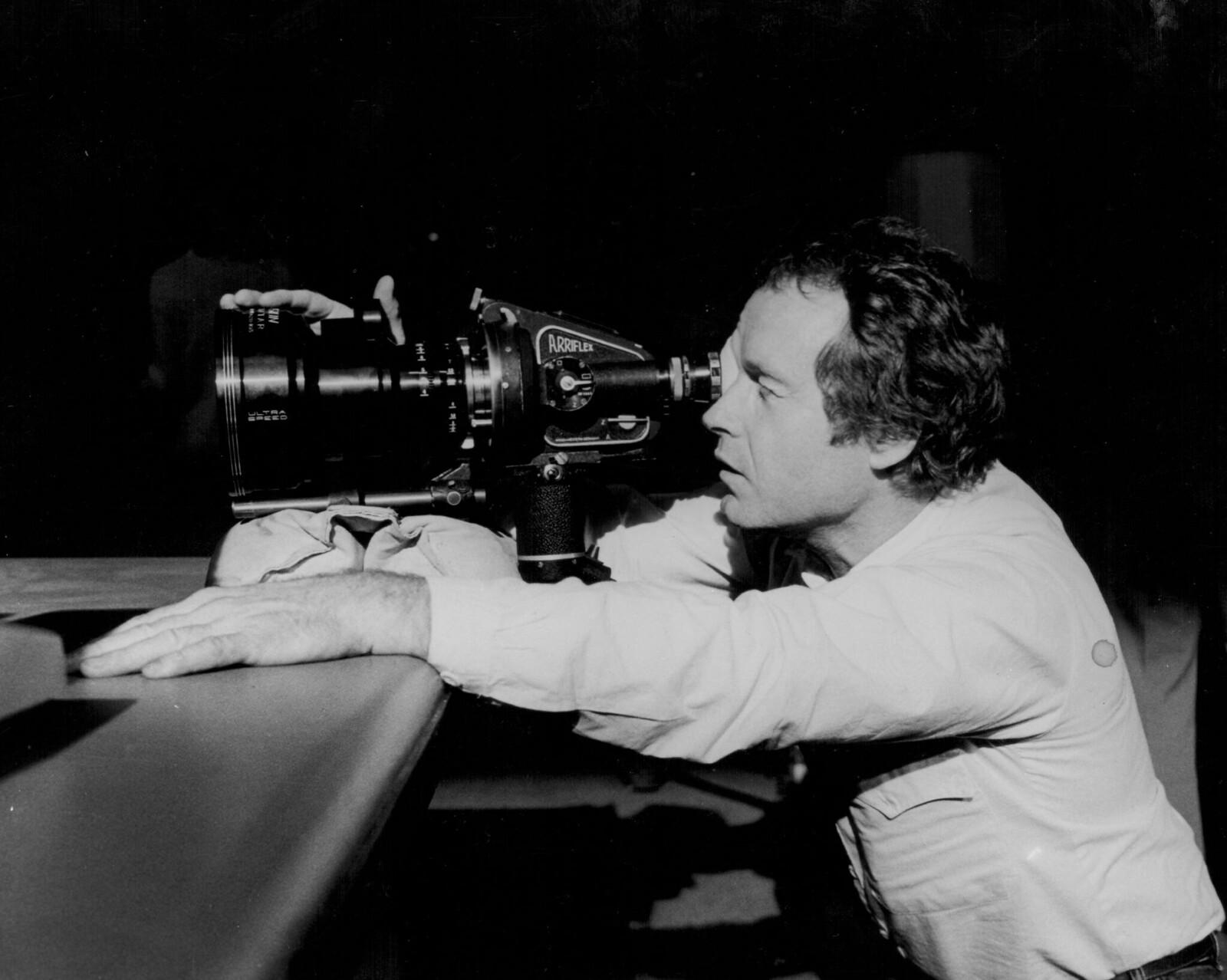 Режиссер Ридли Скотт использует камеру Arriflex на съемках фильма «Бегущий по лезвию»