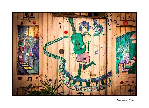 chile valparaíso streetphotography street strada calle canon guitarra guitar chitarra mujer donna woman puerta porta door graffiti urbanlandscape urbanphotography urbanart arte art arteurbano fotografíaurbana paisajeurbano