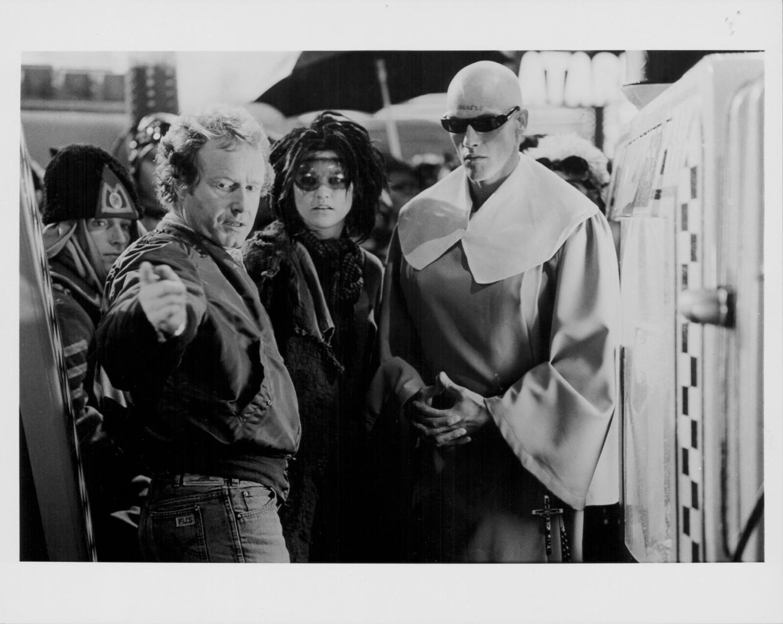 Режиссер Ридли Скотт с актерами второго плана в костюмах на съемках фильма «Бегущий по лезвию»