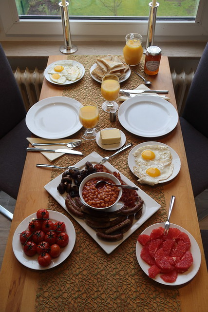 Traditionelles English Breakfast mit Baked Beans
