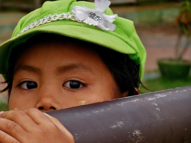 MYANMAR ,Burma - Naypyidaw /Hauptstadt, rund um die Friedenspagode-Uppatasanti-Pagode,  eine Landeshauptstadt ohne Touristen , Mädchen am Elefantengehege,  78157/13335