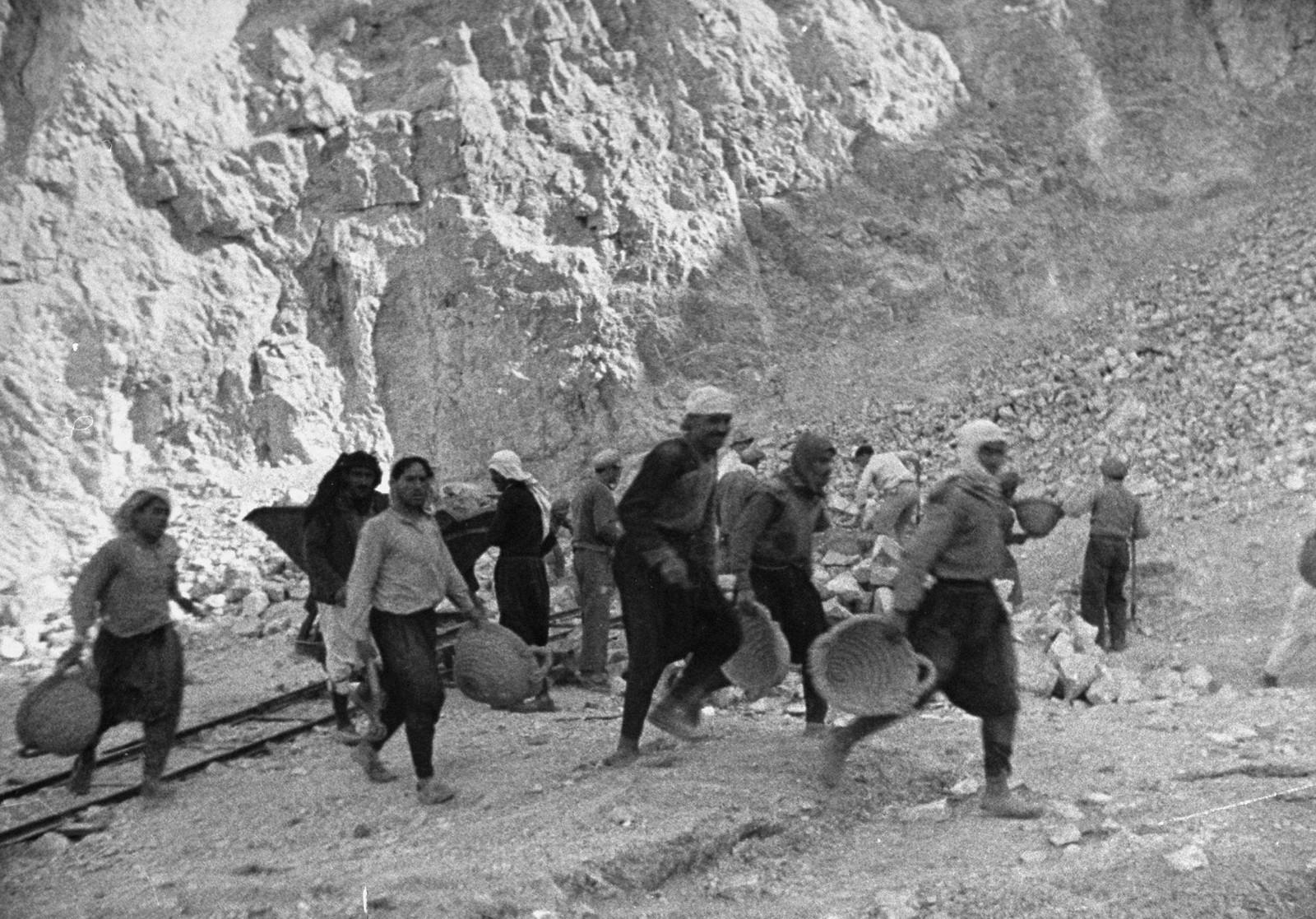19. 1938. Арабы и евреи работают вместе в каменоломне